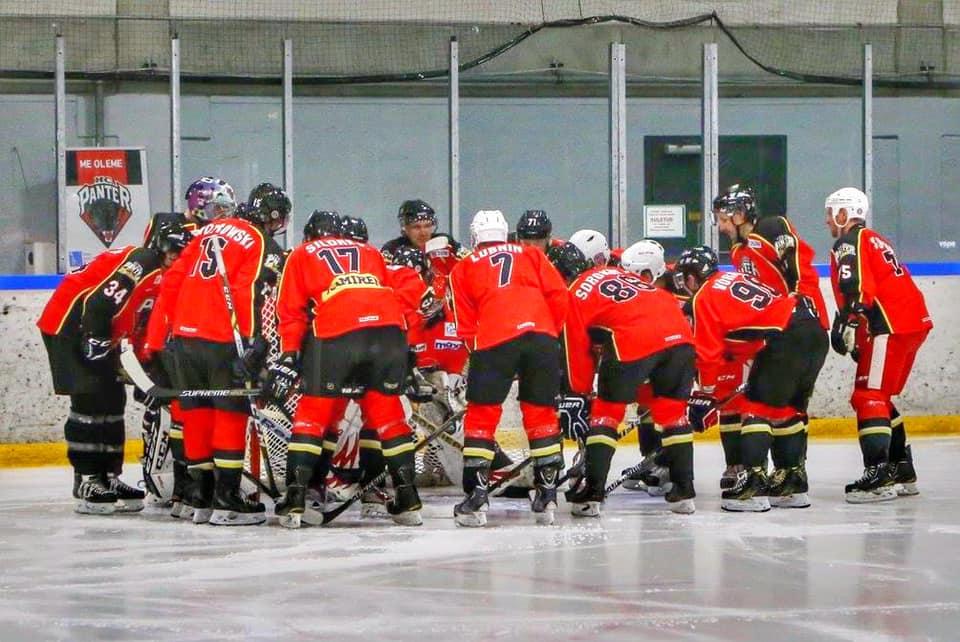 Pressiteade – Jäähokiklubi HC Panter teatab, et alates 3. Augustist 2020 on taaskäivitatud Coolbet hokiliigas mängiv HC Panter esindusmeeskond!